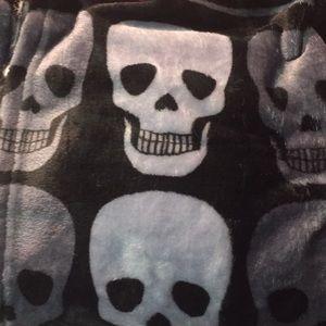 NWT Betsey Johnson Skull Throw